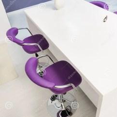 Metal Kitchen Table Sets Gray Wash Cabinets 白色餐桌在现代厨房里库存图片 图片包括有金属 紫罗兰色 照亮 户内 白色餐桌在现代厨房里