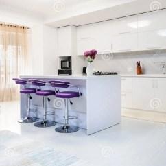Metal Kitchen Table Sets Sink With Backsplash 白色餐桌在现代厨房里库存图片 图片包括有工作室 花瓶 居住 椅子 白色餐桌在现代厨房里