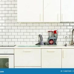 Kitchen Vacuum Makeover 白色minimalistic厨房内部和设计瓦片墙壁背景家用电器 搅拌器 真空机器 现代火炉 洗碗机 烤箱 桌 龙头搅拌器