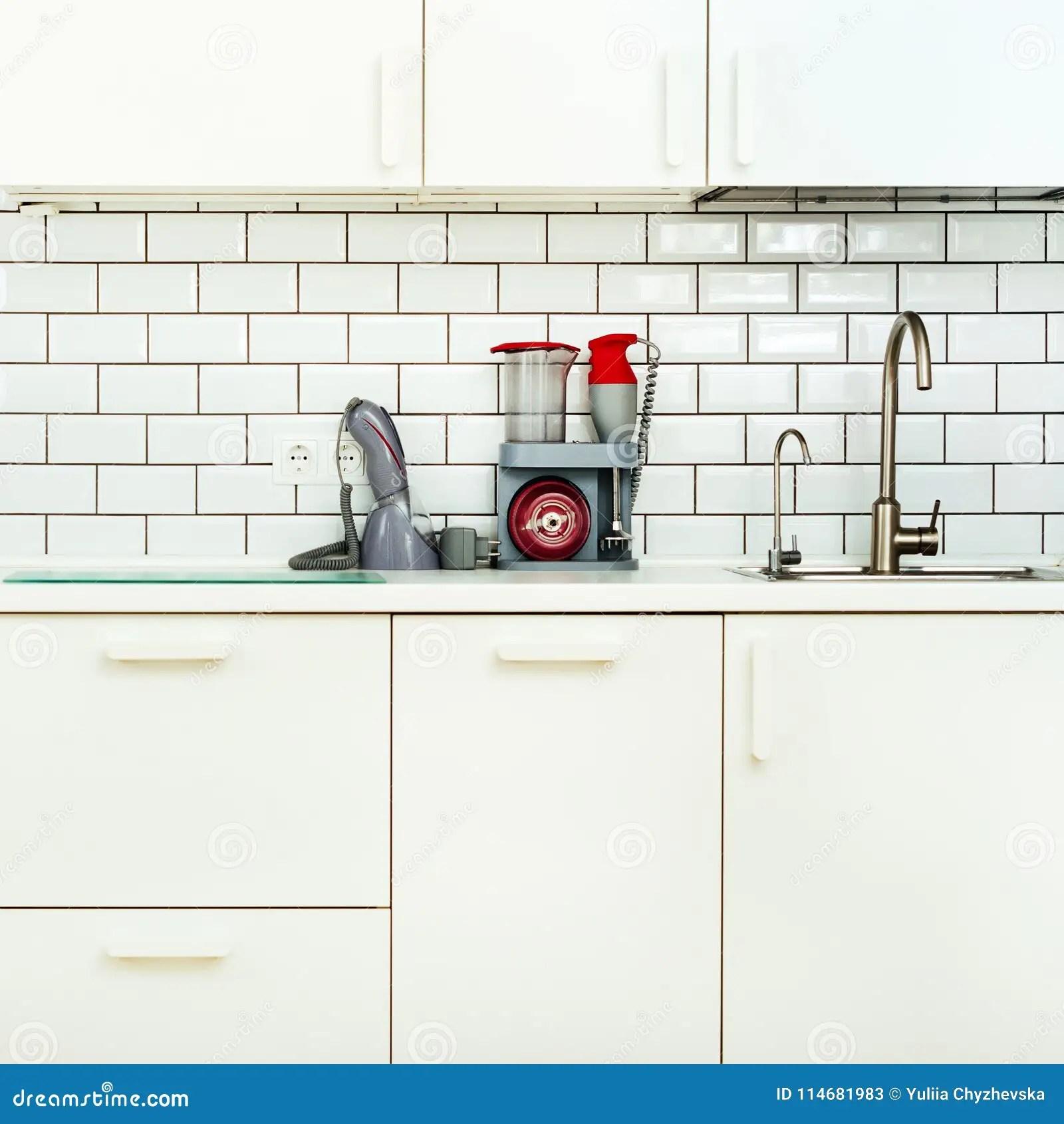 kitchen vacuum discount cabinets 白色minimalistic厨房内部和设计瓦片墙壁背景家用电器 搅拌器 真空机器 现代火炉 洗碗机 烤箱 桌 龙头搅拌器