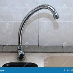 Kitchen Faucet Spout Table 直角转弯唯一杠杆j喷口水槽柱子轻拍库存照片 图片包括有龙头 分与 在直角转弯唯一杠杆j喷口水槽柱子轻拍拍的照片被安装在厨房面盆水槽反对一个陶瓷墙壁背景