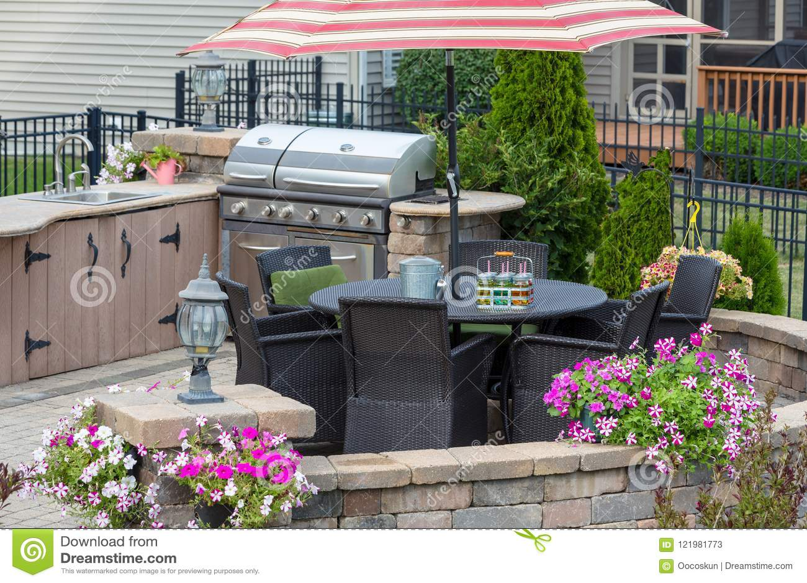 patio kitchen suppy 砖外部露台的室外厨房库存图片 图片包括有柠檬水 具体 家具 庭院 一个砖外部露台的室外厨房有用餐椅子的柳条的在一个伞和五颜六色的夏天下在圆墙壁上开花
