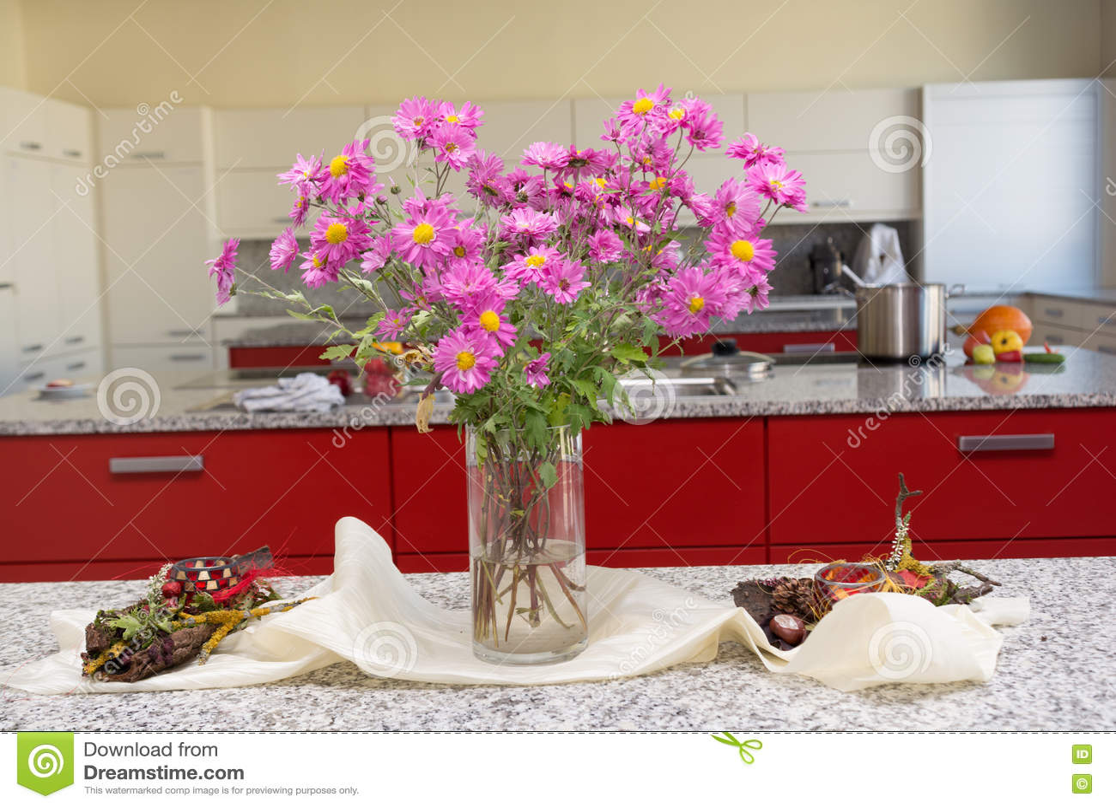 fall kitchen decor pictures of wood cabinets 秋季花束在厨房里库存照片 图片包括有michaelmas 开花的 绽放 秋天 与michaelmas雏菊的强的光亮桌装饰在厨房里