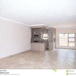 Kitchen Loans Bench Table 空置议院客厅库存照片 图片包括有证券 贷款 Spec 市场 油漆 厨房 一个最近修造家的一个空置客厅有厨房的在背景中