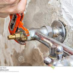 Kitchen Faucet Adapter 3 Piece 水管工定象水龙头阀门在厨房 用户钳子板钳里库存图片 图片包括有适配器 用户钳子板钳里
