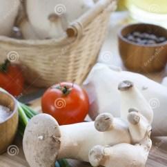 Kitchen Basket Custom Designs 篮子用蘑菇 橄榄油和成份烹调的在厨房背景的木桌上库存图片 图片包括有 橄榄油和成份烹调的在厨房背景 选择聚焦的木桌上