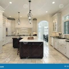 In Stock Kitchens Kitchen Aide Mixers 细木家具厨房豪华白色库存图片 图片包括有居住 照明设备 用餐 豪华 细木家具厨房豪华白色