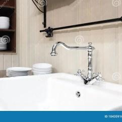 Kitchen Sink Cabinets Small Eat In Table 经典样式的轻的厨房与豪华搅拌器和陶瓷水槽 与盘在架子在木碗柜库存图片 与盘