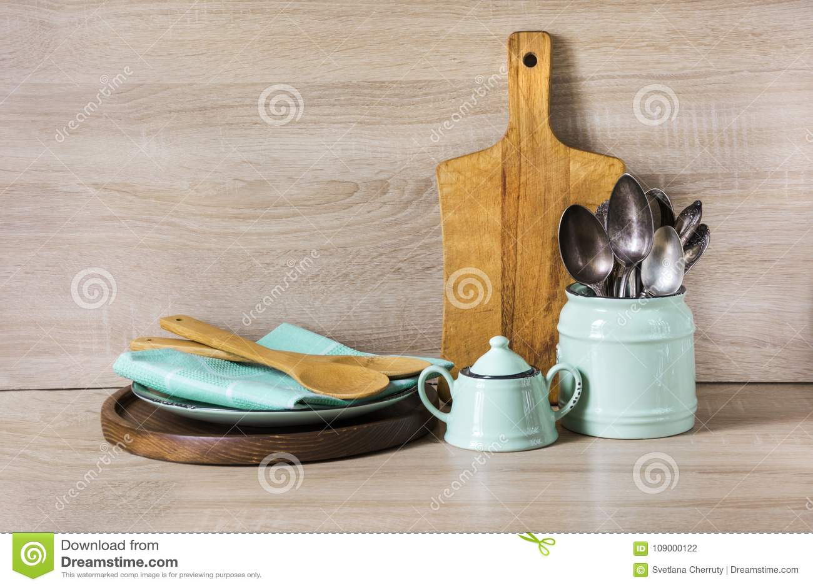 turquoise kitchen decor decorative chalkboard for 绿松石和木葡萄酒陶器 碗筷 餐具器物和材料在木桌面作为backgroun的 餐具器物和材料在木桌面作为背景的厨房静物画设计的与复制空间的图象