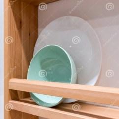 Kitchen Shelf Ideas Target Stools 绿色陶瓷碗和白色瓷板材在木机架agai 库存照片 图片包括有简单 无格式 绿色陶瓷碗和白色瓷板材在木机架对白色墙壁现代厨房的想法