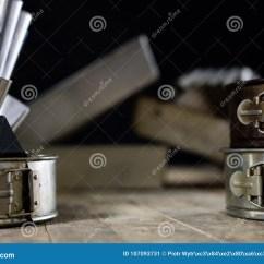 Kitchen Aid Mixers Retro Sinks 罐子和烘烤在一张木桌上形成老厨房辅助部件库存图片 图片包括有生活 罐子和烘烤在一张木桌上形成在厨房用桌上的老厨房辅助部件黑色背景