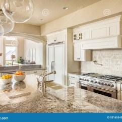 In Stock Kitchens Rooster Rugs For Kitchen 美丽的厨房在豪华家库存图片 图片包括有机柜 计数器 公寓 细木家具 有海岛 水槽 内阁和硬木地板的厨房