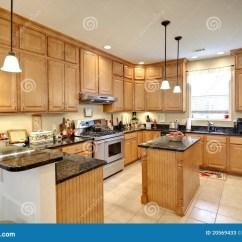 In Stock Kitchens Cast Iron Kitchen Sink 美丽的高级厨房库存图片 图片包括有房子 当代 实际 装饰 火炉 室内 有槭树机柜的美丽的高级厨房