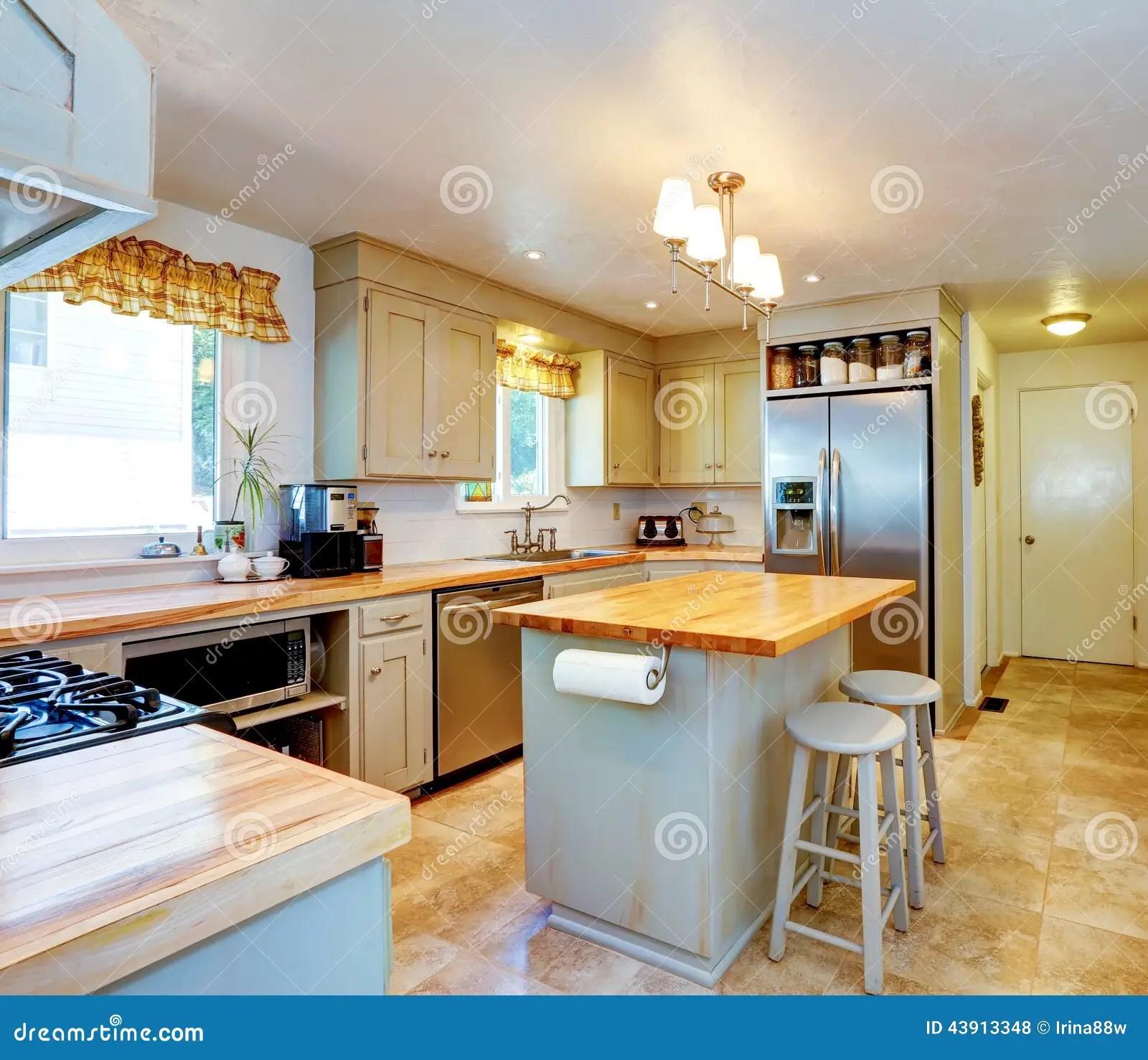 industrial kitchen stools whisk 美国房子内部有海岛和凳子的厨房库存照片 图片包括有家具 瓦片 木头 有厨房 ss装置和米黄砖地的厨房室