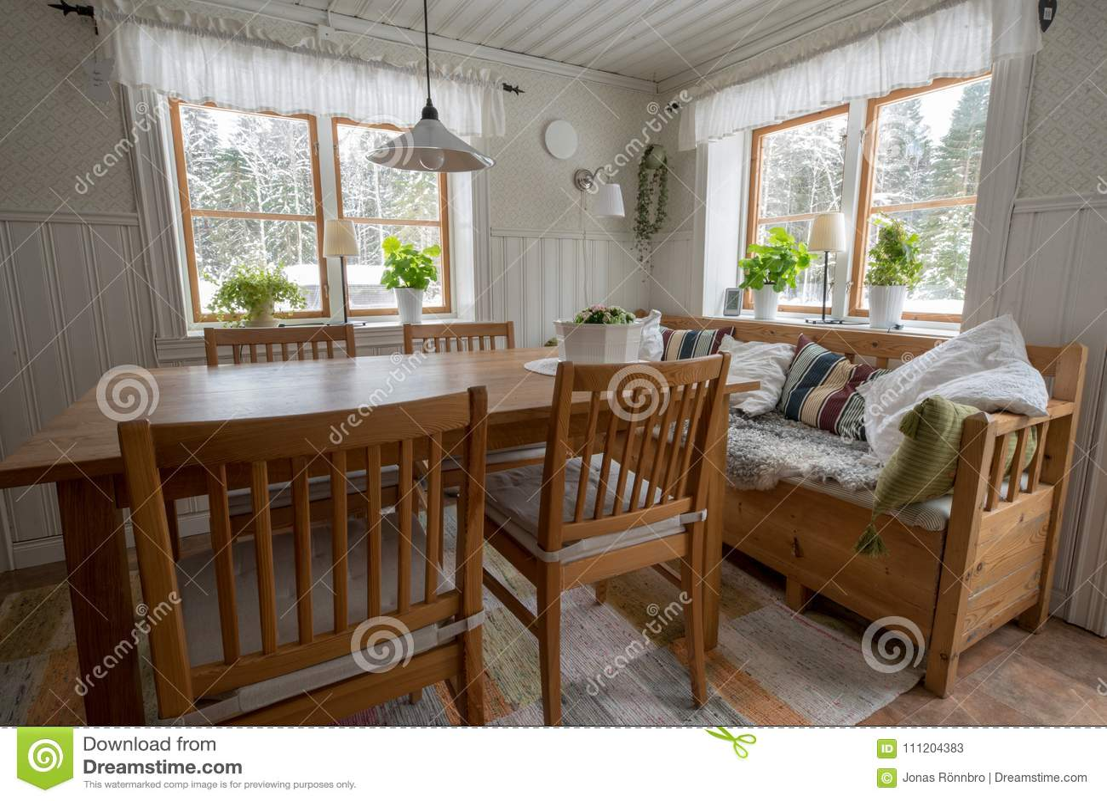 kitchen curtains for sale orange appliances 老乡村模式的厨房在有桌椅子和沙发的瑞典库存图片 图片包括有瑞典语 老乡村模式的厨房在有桌椅子和沙发的瑞典