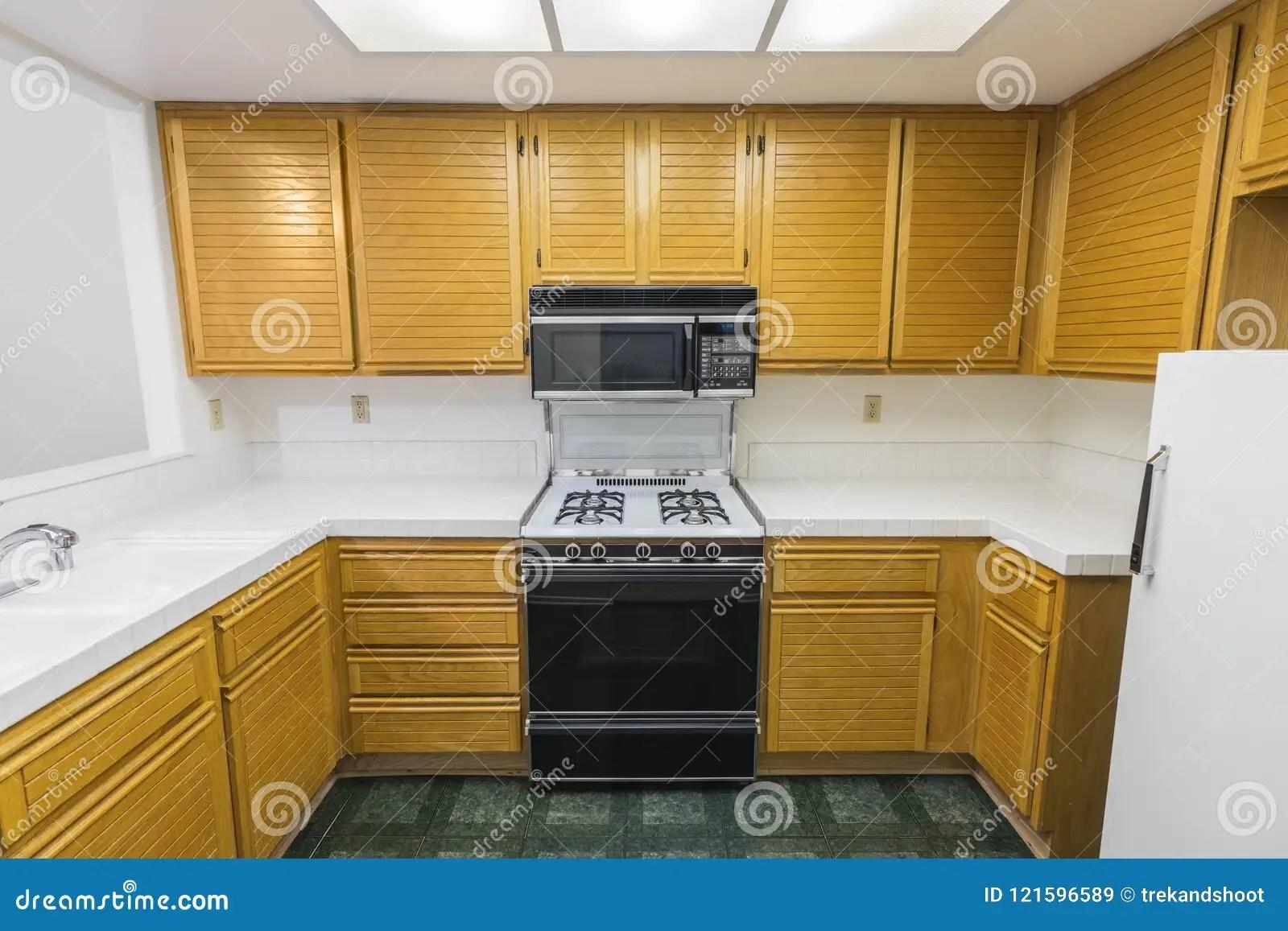 kitchen vinyl flooring cabinets wall mounted 老公寓房厨房库存图片 图片包括有中间 机柜 公寓房 减速火箭 便宜地 有橡木柜 瓦片工作台面 煤气炉和绿色乙烯基地板的老公寓房厨房未改变地自1988年以来