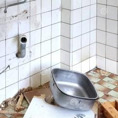 Kitchen Sink Materials Pull Out Spray Faucet 老水槽厨房整修题材库存图片 图片包括有空间 属性 龙头 材料 设备 老水槽厨房整修题材