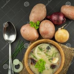 Kitchen Prep Table Cabinets Atlanta 自创土豆汤用蘑菇碗用在木桌上的土豆汤食物例证厨房准备向量妇女库存照片 自创土豆汤用蘑菇碗用在木桌上的土豆汤食物
