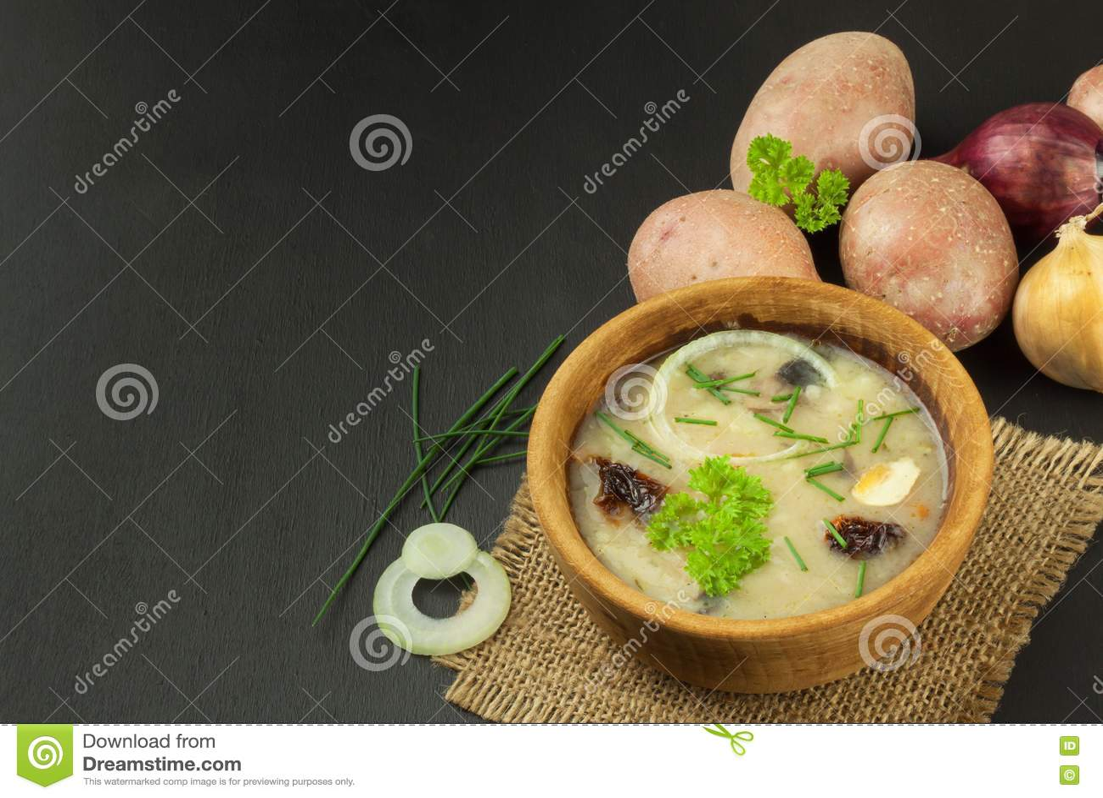 kitchen prep table design for small space 自创土豆汤用蘑菇碗用在木桌上的土豆汤食物例证厨房准备向量妇女库存图片 自创土豆汤用蘑菇碗用在木桌上的土豆汤食物