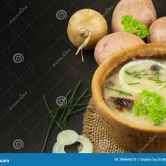 Kitchen Prep Table Prefab Outdoor 自创土豆汤用蘑菇碗用在木桌上的土豆汤食物例证厨房准备向量妇女库存图片 自创土豆汤用蘑菇碗用在木桌上的土豆汤食物