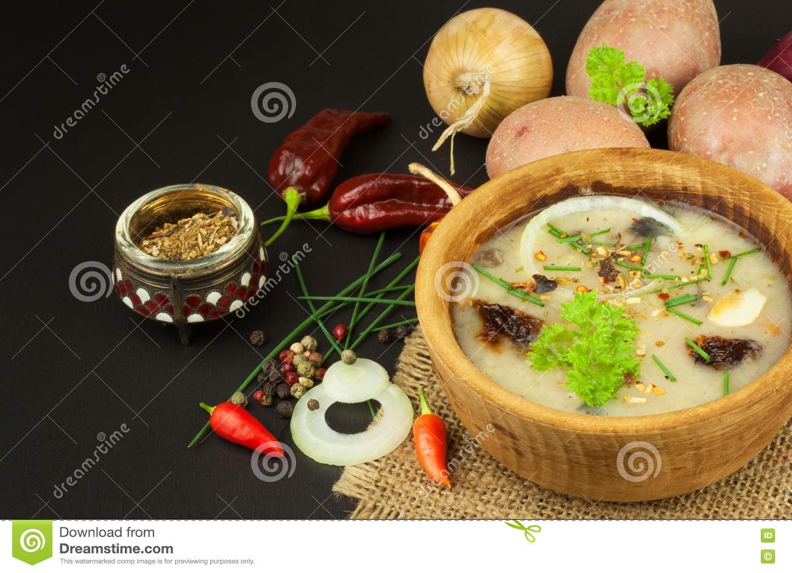 kitchen prep table how to clean silgranit sinks 自创土豆汤用蘑菇碗用在木桌上的土豆汤食物例证厨房准备向量妇女库存照片 自创土豆汤用蘑菇碗用在木桌上的土豆汤食物