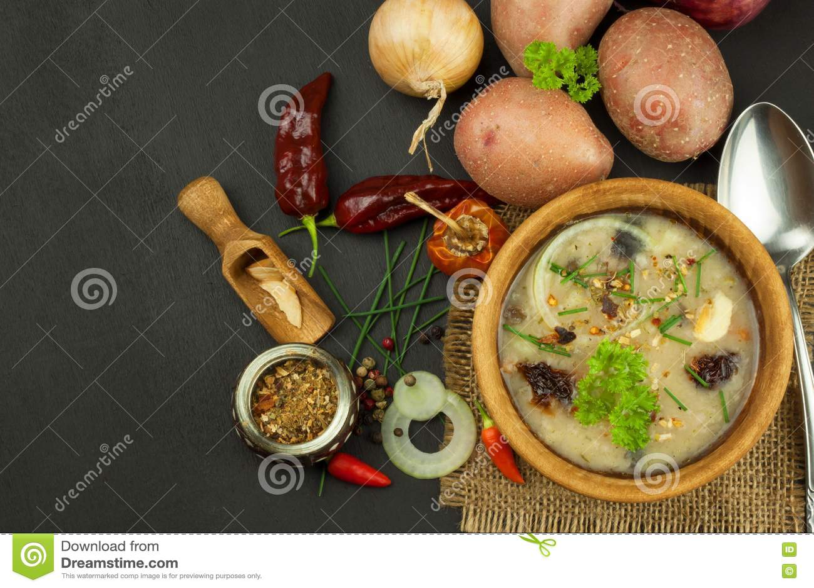 kitchen prep table dish sets 自创土豆汤用蘑菇碗用在木桌上的土豆汤食物例证厨房准备向量妇女库存照片 自创土豆汤用蘑菇碗用在木桌上的土豆汤食物