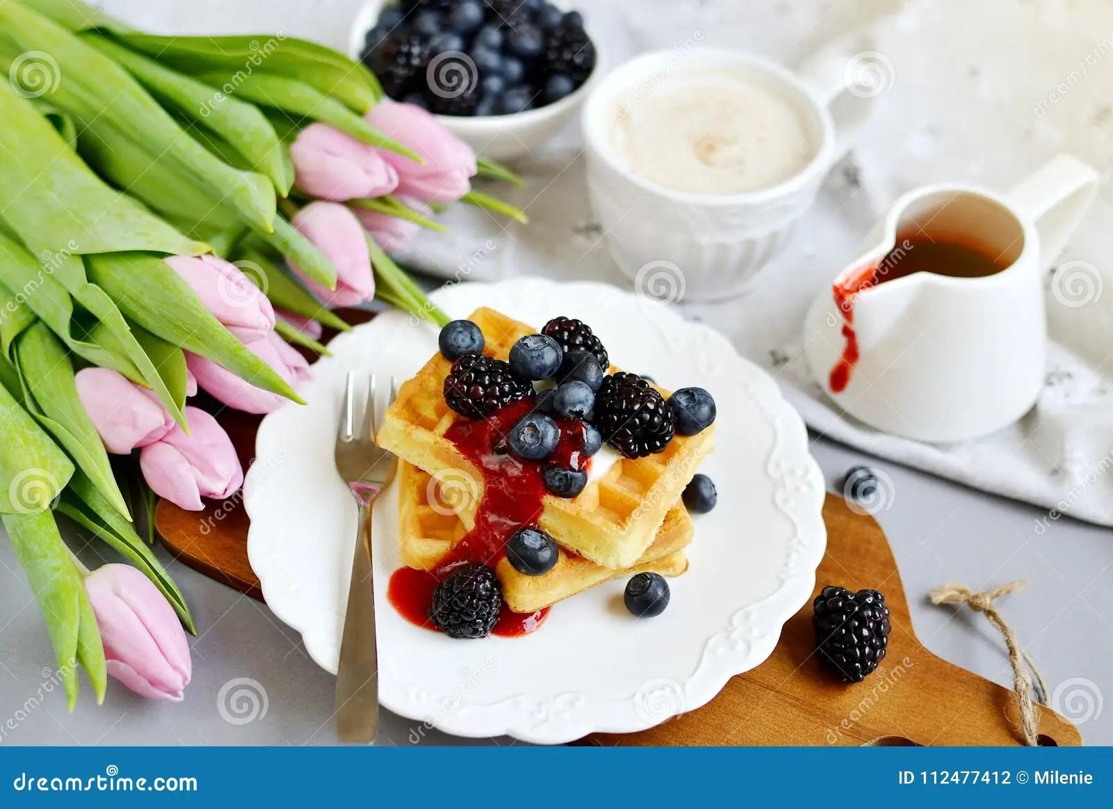 gray kitchen towels rohl faucet 自创比利时华夫饼干用奶油沙司莓果 杯用热奶咖啡饮料开花桃红色郁金香 灰色背景表厨房 毛巾白色板材 春天概念