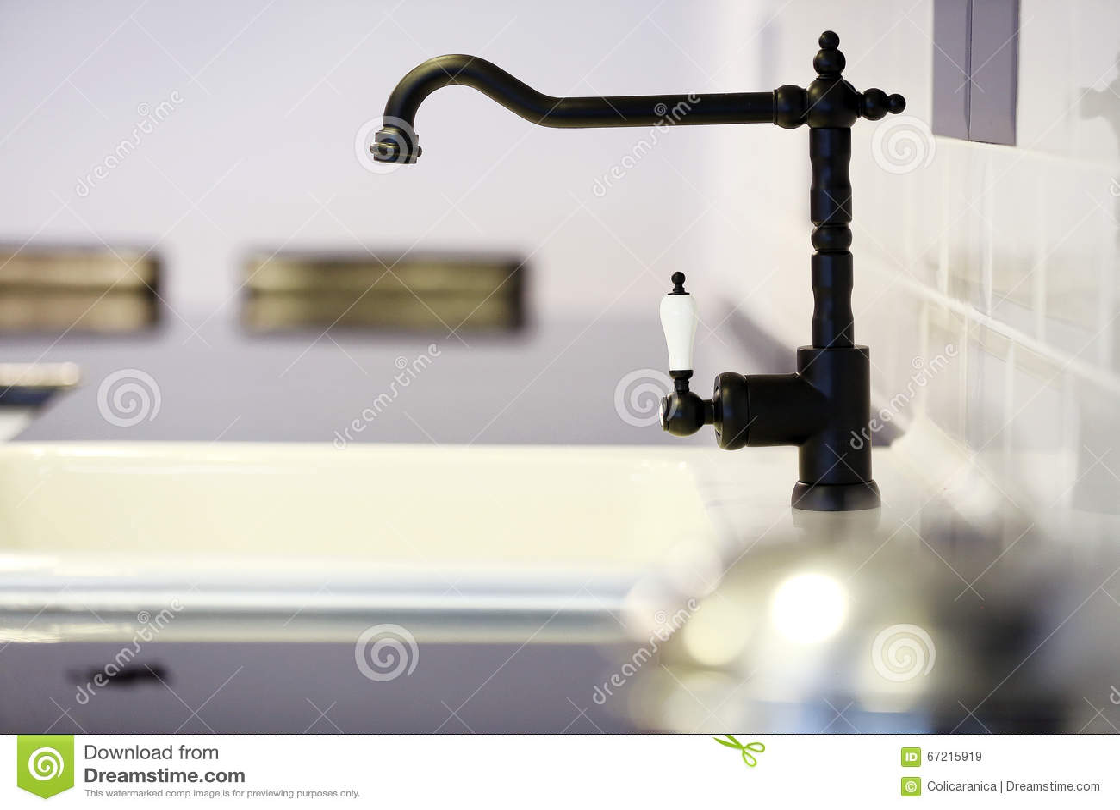 black faucet kitchen american cabinets 黑色龙头库存图片 图片包括有表面无光泽 关闭 投反对票 详细资料 黑现代龙头在厨房里 特写镜头视图