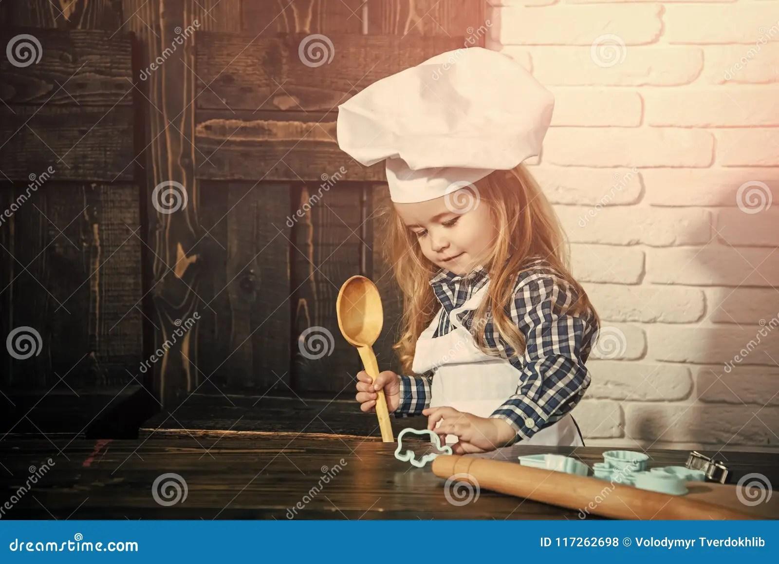 kitchen apron for kids high back sink 获得愉快的孩子乐趣厨师帽子的男孩厨师和围裙在厨房里库存照片 图片包括 获得愉快的孩子乐趣厨师帽子的男孩厨师和围裙在厨房里