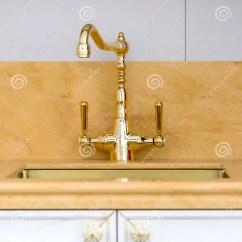 Gold Kitchen Faucet Top Cabinets 葡萄酒金优美的厨房龙头库存图片 图片包括有葡萄酒 设计 反映 经纪 葡萄酒金优美的厨房龙头
