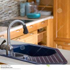 Blue Kitchen Sink Build Island 蓝色厨房水槽和木内阁库存图片 图片包括有蓝色 水槽 机柜 特写镜头 关闭蓝色厨房水槽和木内阁