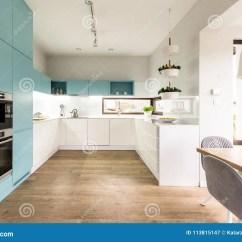 Kitchen Banquettes For Sale Cabinets Raleigh Nc 蓝色和白色厨房内部库存图片 图片包括有实际 现代 设计 典雅 惊叹 在现代厨房内部的蓝色和白色内阁与木地板