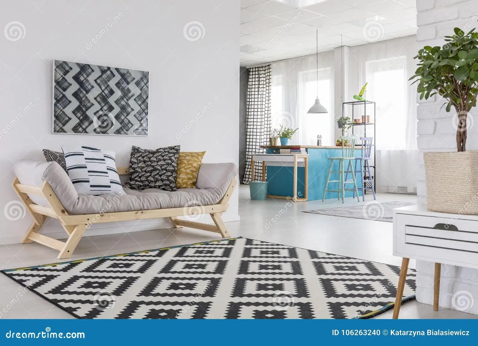 blue kitchen rugs cabinet handle 被仿造的地毯在客厅库存照片 图片包括有仿造 枕头 内部 投反对票 在客厅内部的被仿造的地毯与木沙发 植物内阁的和蓝色小厨房在背景中