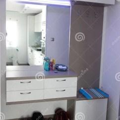 Kitchen Mirrors Sink Sprayer 被带领的光阐明的小现代公寓走廊 大镜子 分离厨房的大玻璃门库存图片 小公寓走廊 现代家具 大玻璃门