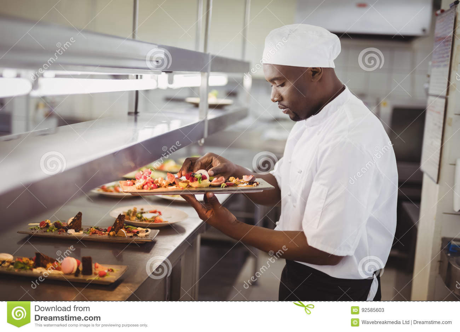 kitchen chef decor best faucets consumer reports 装饰点心的厨师在商业厨房里库存图片 图片包括有户内 并且 工作 装饰点心的厨师在商业厨房里