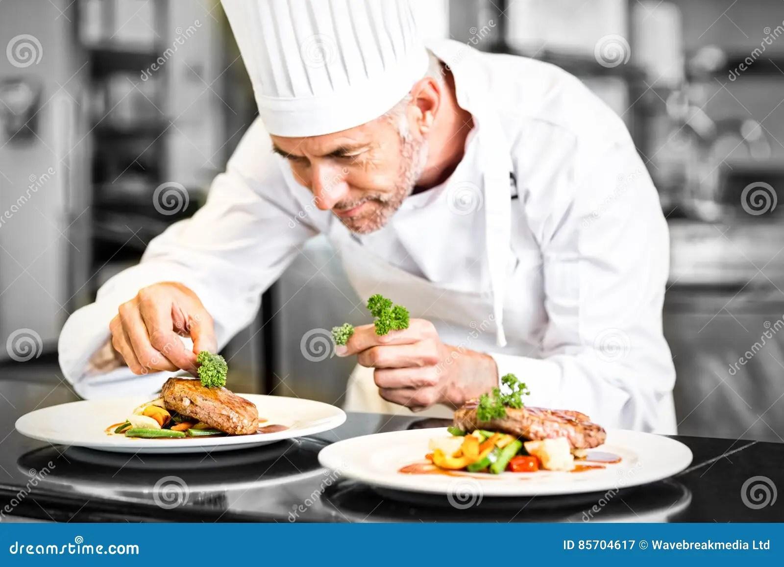 kitchen chef decor modern island 装饰食物的被集中的男性厨师在厨房里库存图片 图片包括有集中的 藏品 装饰食物的被集中的男性厨师在厨房里