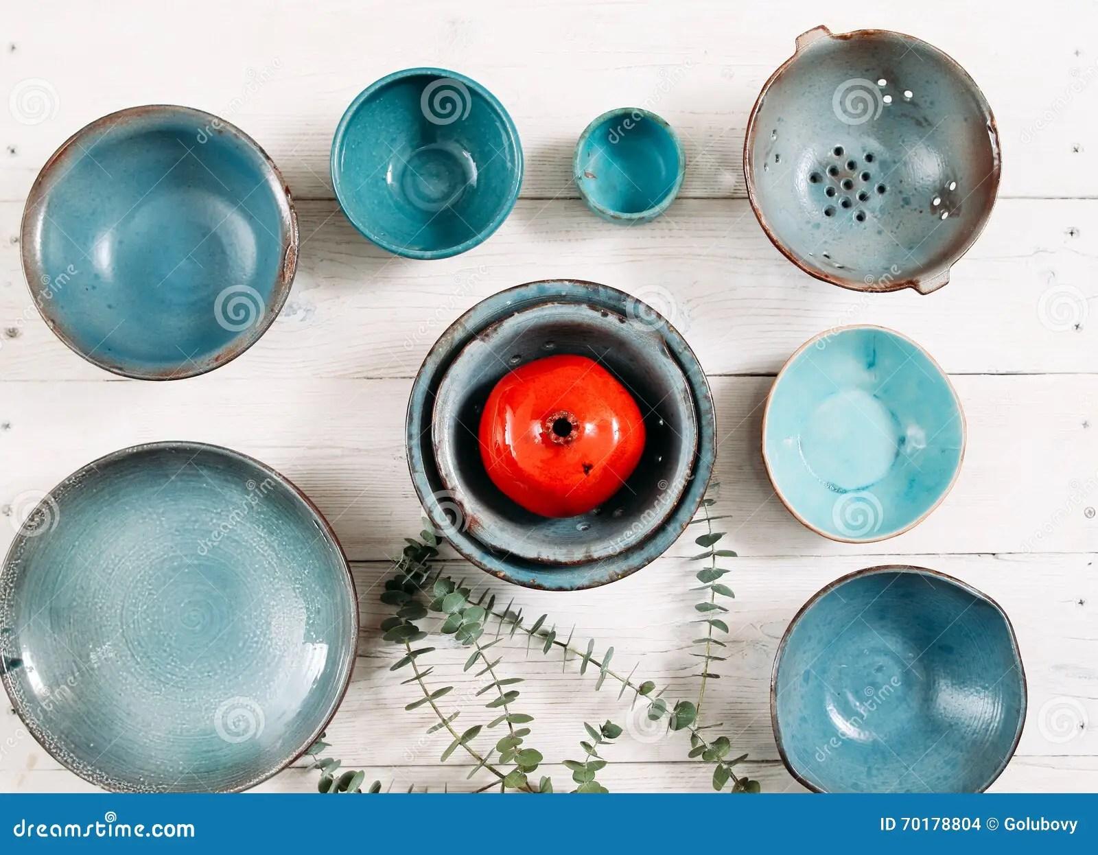 turquoise kitchen decor peerless faucets 许多绿松石空的陶瓷板材平的位置库存照片 图片包括有许多 设计 陶瓷 许多绿松石黏土空的板材和红色装饰陶瓷石榴在白色木背景在套的平的位置时髦空的板材和颜色装饰有机食品 瓦器 装饰概念