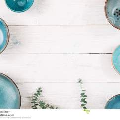 Turquoise Kitchen Decor How To Make Island 许多绿松石空的陶瓷板材平的位置库存图片 图片包括有没人 厨房 装饰 许多绿松石黏土空的板材和自由空间在中心在白色木背景在套的顶视图时髦手工制造空的板材有机食品 健康生活 瓦器 装饰概念