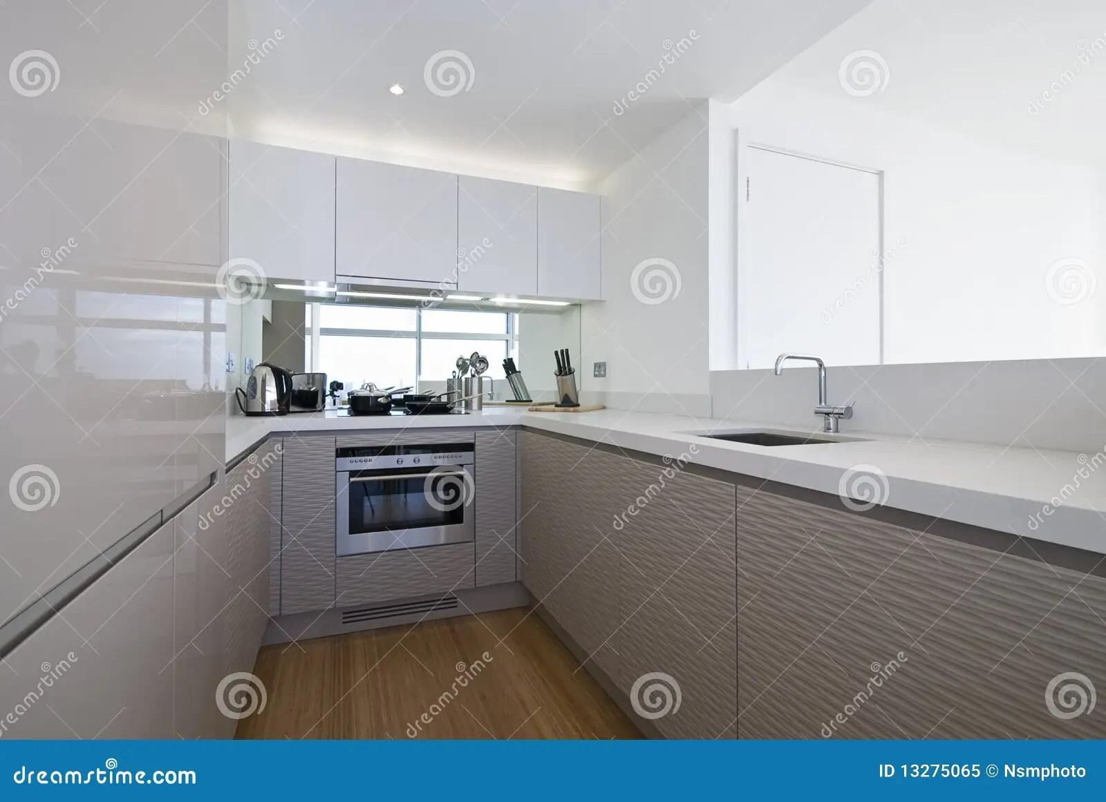 in stock kitchens kitchen cabinet door replacement lowes 设计员厨房白色库存图片 图片包括有设计 玻璃 最小 平面 室内 镀铬 工具设计员厨房现代白色