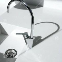 Silver Kitchen Aid Knotty Alder Cabinets 详细资料龙头厨房现代水槽白色库存照片 图片包括有设计 拱道 龙头 详细资料龙头厨房现代影子水槽白色
