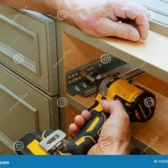 Kitchen Door Hinges Ninja Mega 调整定象橱门铰链库存照片 图片包括有木匠 房子 厨房 便宜地 整修 调整定象橱门取决于在厨柜的调整