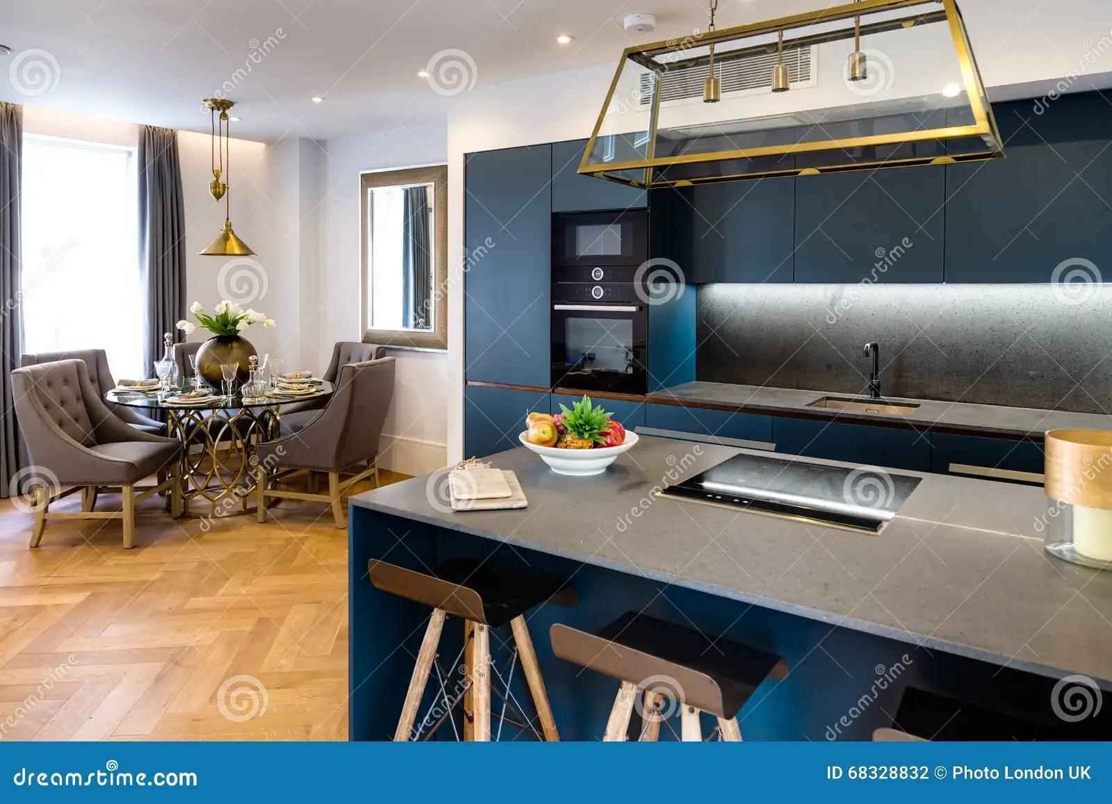 table kitchen island combo 豪华厨房和餐桌库存照片 图片包括有优等 居住 设计 豪华 室内 里面 现代豪华厨房和客厅餐桌