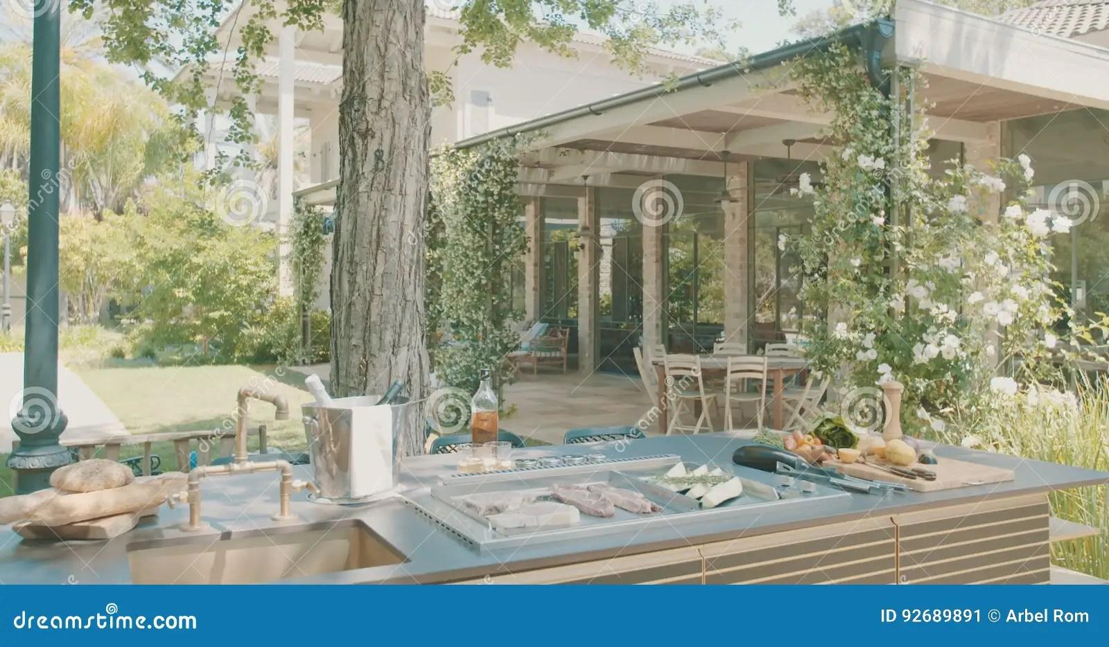 backyard kitchens cost of replacing kitchen cabinets 豪华室外厨房在一个大后院股票视频 视频包括有草坪 高级 设计 露台 现代 居住 理发店 92689891