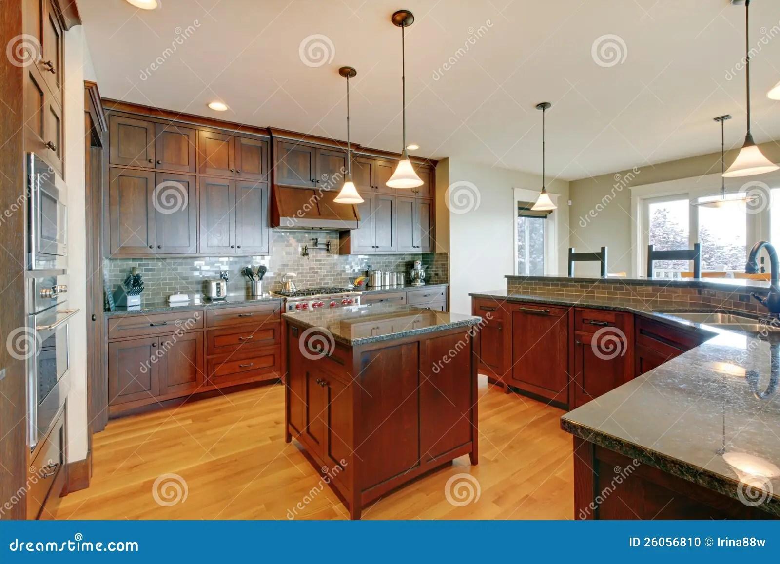 kitchen updates pantry cabinets freestanding 豪华松木美丽的自定义厨房库存照片 图片包括有房子 厨房 更新 实际 豪华与海岛和花岗岩的松木美丽的自定义厨房内部装饰业