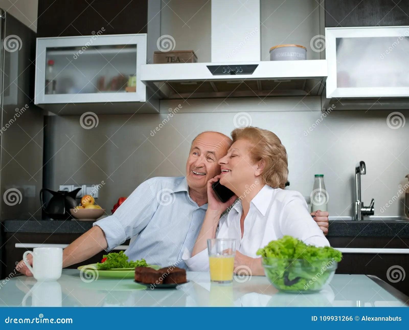kitchen phone large islands for sale 资深妇女谈话在电话 当在家时工作在厨房里的人库存照片 图片包括有休闲 当在家时工作在厨房里的人
