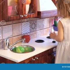 Kids Wood Kitchen Ikea Island For Sale 活跃矮小的学龄前年龄孩子 有白肤金发的卷发的逗人喜爱的小孩女孩 显示 显示演奏厨房 由木头制成 戏剧股票视频 视频包括有