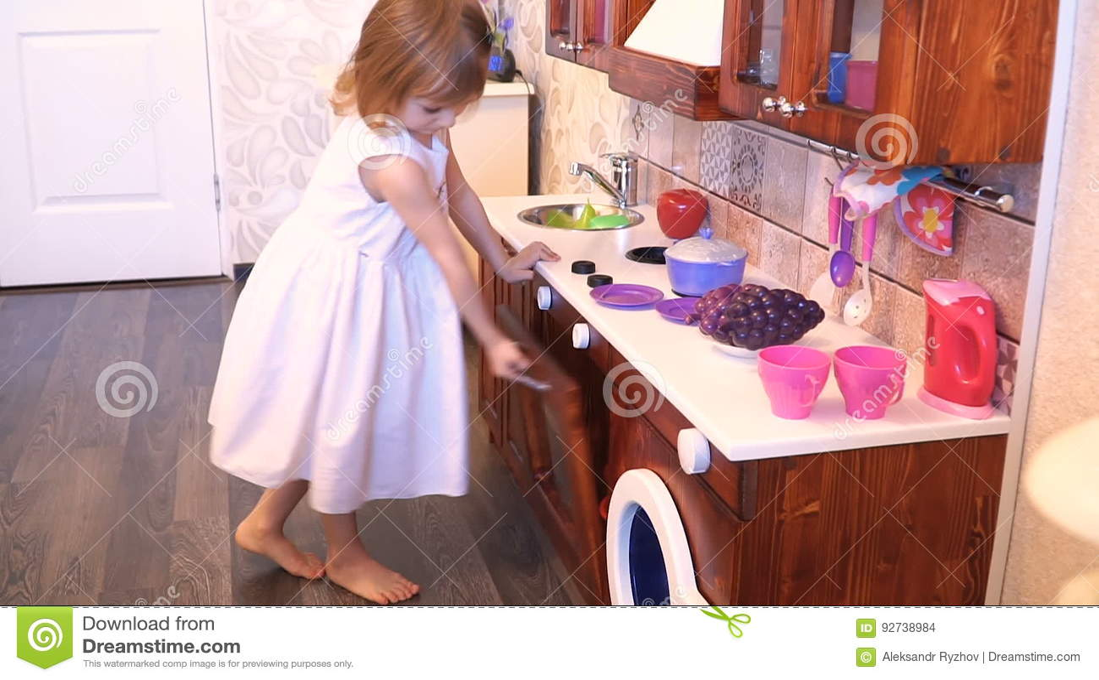 kids wood kitchen best flooring 活跃矮小的学龄前年龄孩子 有白肤金发的卷发的逗人喜爱的小孩女孩 显示 显示演奏厨房 由木头制成 戏剧影视素材 视频包括有