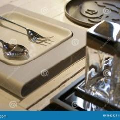 Kitchen Aid Knives Barn Sinks For 辅助部件现代表库存照片 图片包括有典雅 叉子 金属 匙子 厨房 餐馆 辅助部件现代刀叉餐具的生活仍然制表