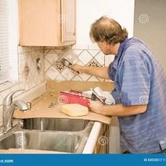 Cement Tile Kitchen Brass Faucets 运用水泥瓦片工作库存图片 图片包括有杂物工 改造 仔细 现有量 贸易 变老应用水泥厨房中间安装员瓦片瓦片