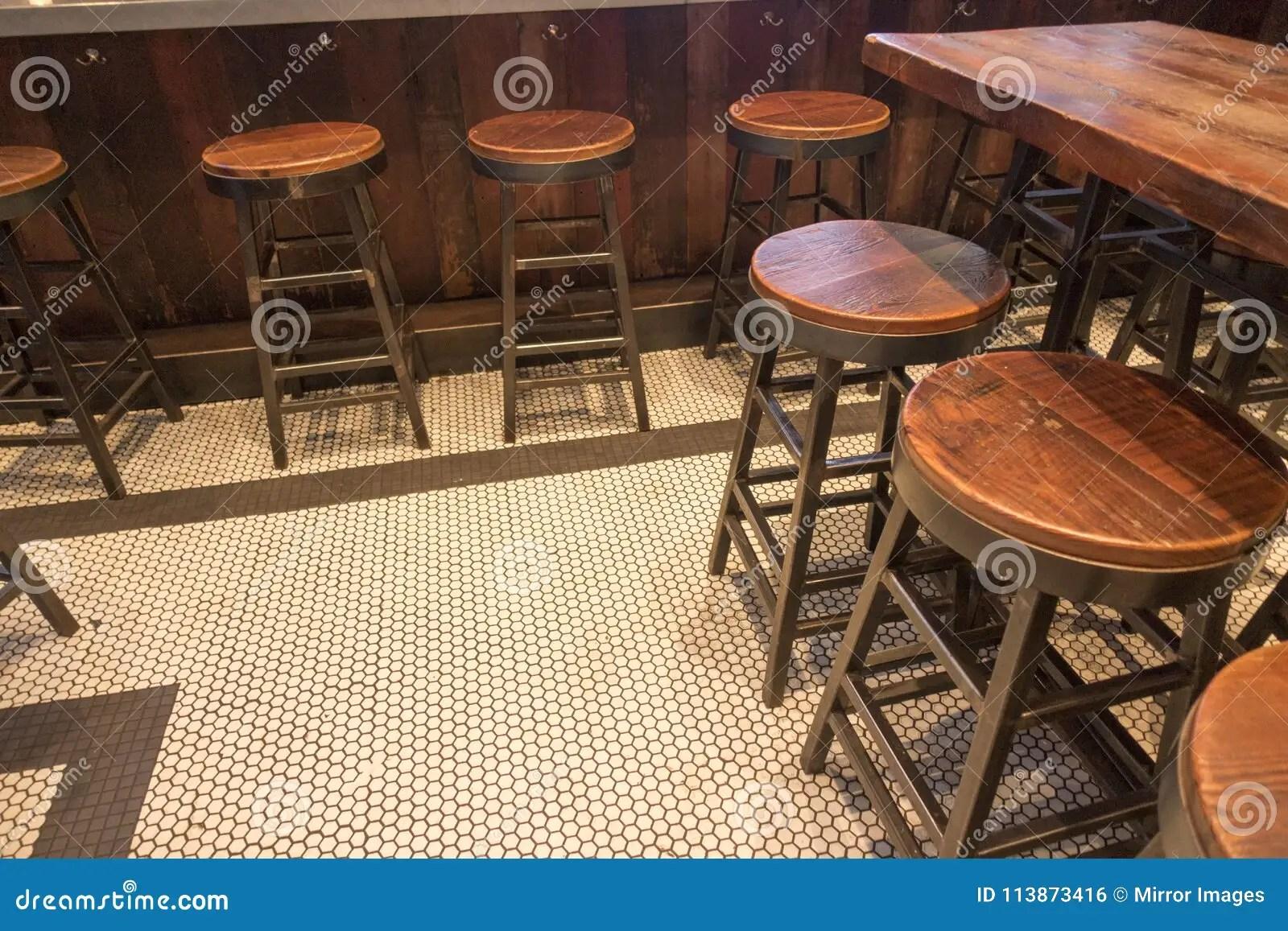 kitchen stools with backs cabinet granite top 酒吧和木头金属凳子库存照片 图片包括有没人 都市 不列塔尼的 客栈 酒吧和木头金属凳子
